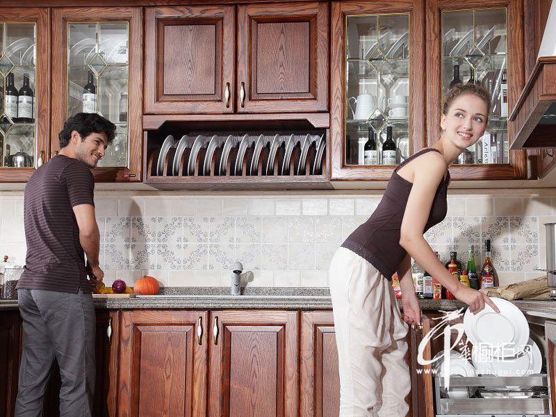 柏林世家雷根斯堡深色实木整体厨房装修效果图