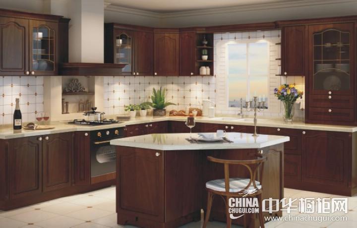 客厅的深红色复古实木家具彰显着浓厚的文化底蕴,明亮的大色块加入,为这个温馨的氛围注入活力与朝气。各种装饰品对细节方面的提升,凸显出屋主是个很注重生活品质的人。 -->  田园风格三居室简洁厨房实木橱柜装修效果图 白色U型橱柜图片 厨房的用色相对来说很简单,白色的实木橱柜简约实用,在小型的厨房中采用U型的设计,可以让你在获得最大的使用空间的同时又不会感觉压抑。
