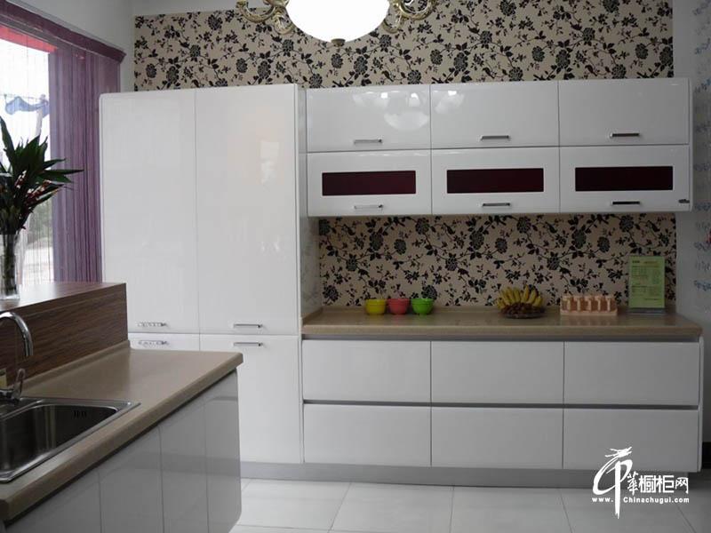 白色钢琴烤漆厨房橱柜效果图