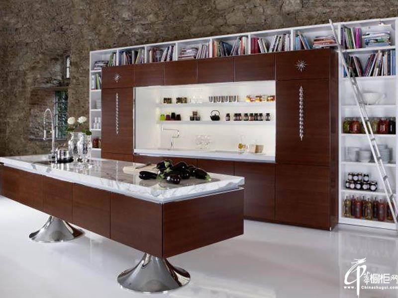 """Warendorfer公司桃木色的""""图书馆""""厨房"""