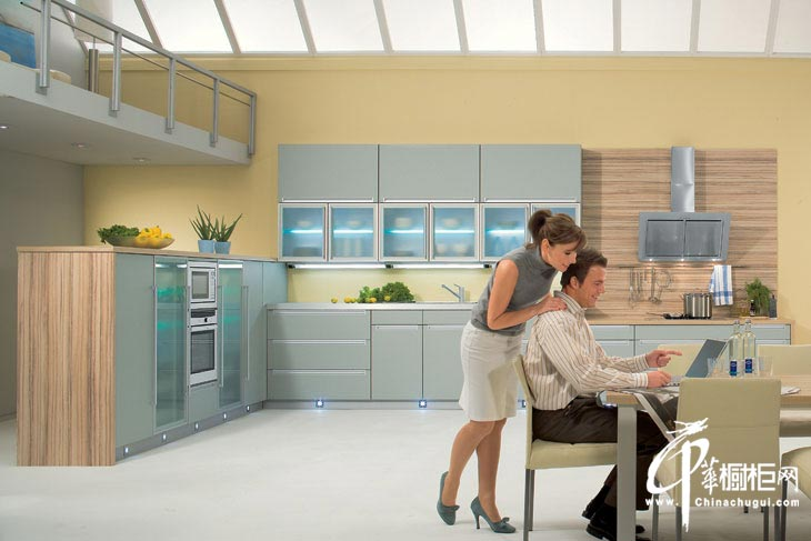 不锈钢橱柜效果图 烤漆橱柜色彩搭配协调