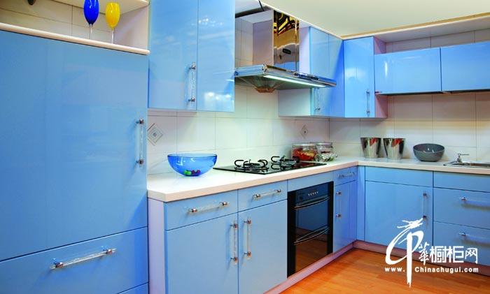 天蓝色橱柜装修设计效果图片 演绎烤漆的绝代芳华