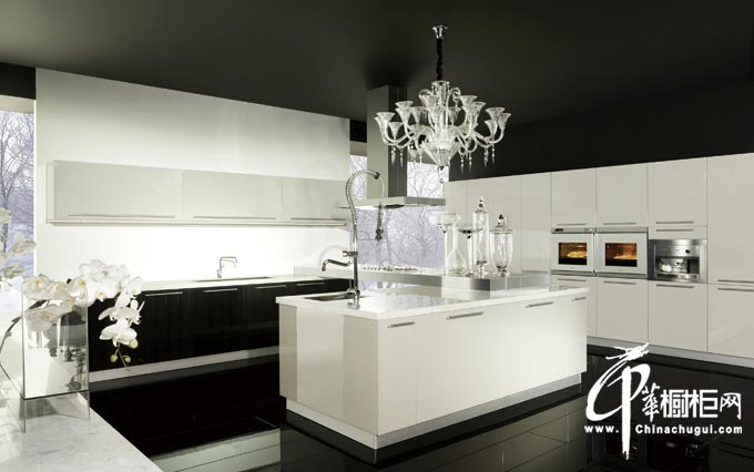白色烤漆橱柜装修效果图 厨房装修设计效果图 整体橱柜图片