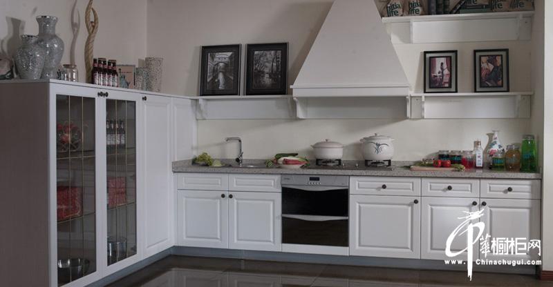 白色欧式实木橱柜图片 意大利乡村风格小厨房装修弥漫