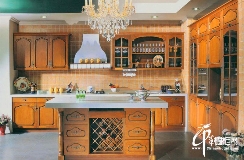 欧式古典厨房装修效果图 实木橱柜图片展现奢华