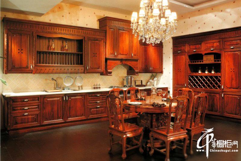 原木古色整体橱柜装修效果图 欧式风格厨房装修效果图展示格调