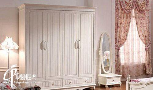 白色衣柜搭配公主灯,十分协调,欧式风情挡不住,卧室顿然多了一抹情调.