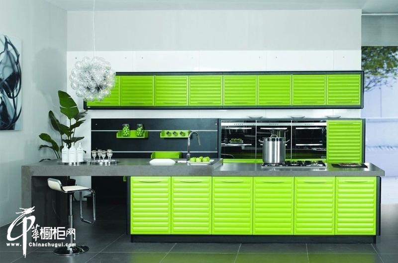 绿色橱柜图片|简约风格橱柜装修图片 清新小厨房装修效果图片展示春日的勃勃生机