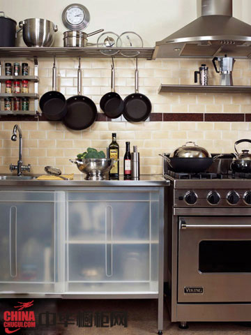 简单的一字型厨房装修设计,很适合小户型厨房,纯白色橱柜搭配白色