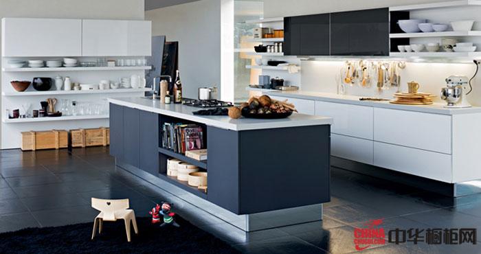 白色厨房装修效果图搭配灰色岛台别有一番风味 整体橱柜装修图片