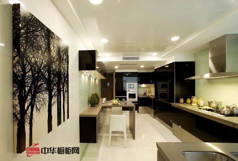 黑白经典搭配简约风格橱柜装修效果图 不锈钢烤漆橱柜图片展示现代开放式厨房装修的时尚大气