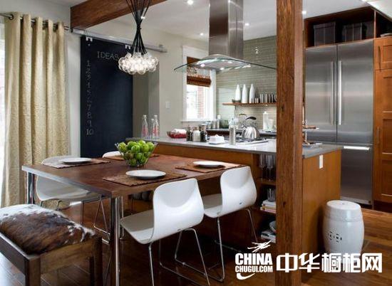 【中华橱柜网】厨房对于一个家庭来说,扮演着举足轻重的角色。豪宅的厨房通常都很大,如果你的厨房够大,那么你可以给自己的厨房装修成一个独立的空间。这里面不光只是做饭,还是存储,享受美食,培养感情的绝好地方。如果你的厨房是开放性厨房,那么你的思路还能更加广阔。设计专属自己的豪华厨房,这不仅仅是梦想,先让我们来欣赏以下厨房设计创意,从而在里面获得灵感吧。  黑白经典的搭配,经典铁丝吊灯,让您的厨房流露着一股复古的味道,岛台以及可旋转的吧凳更是您下午茶或周末跟家人闲聊的绝佳地方。  实木原木餐桌很复合房间整体特色和