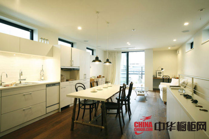 白色烤漆橱柜图片 简约风格整体橱柜效果图欣赏