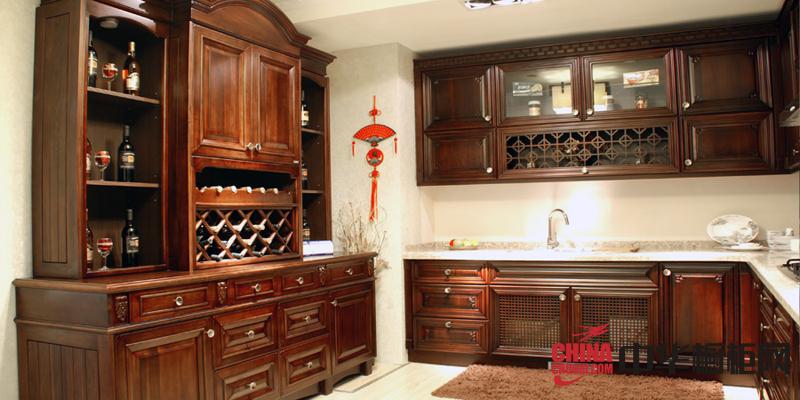 中式古典风格整体橱柜图片 棕色实木橱柜装修效果图欣赏