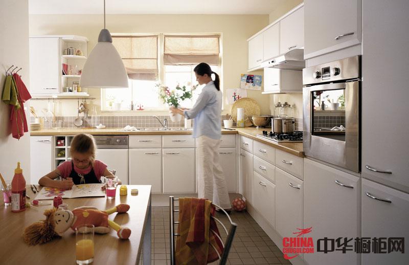 纯白色整体厨房装修效果图 时尚大气欧式实木橱柜图片