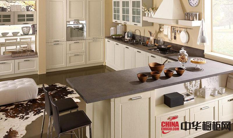 开放式厨房装修效果图大全 白色实木橱柜效果图欣赏:这款不仅整体橱柜设计精巧,用料也很考究。比方这款经典的奶白色整体橱柜,采用白橡木作为柜体和门板,台面更是采用天然大理石打造。简约欧式风格厨房... -->