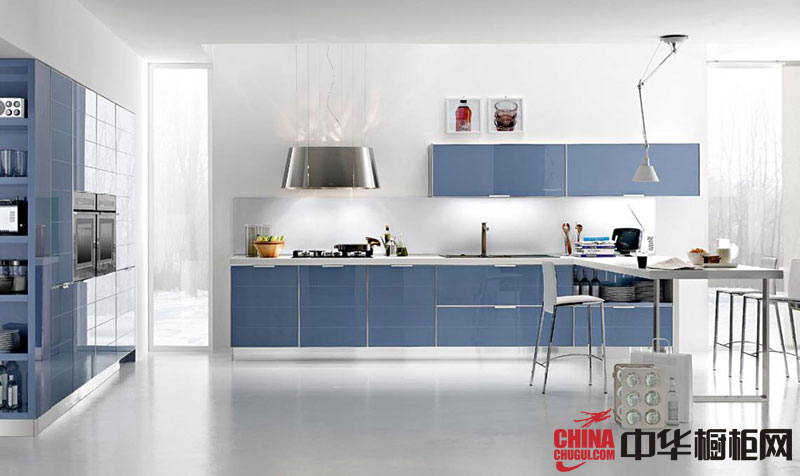 时尚淡蓝色烤漆橱柜效果图 一字型整体厨房装修效果图