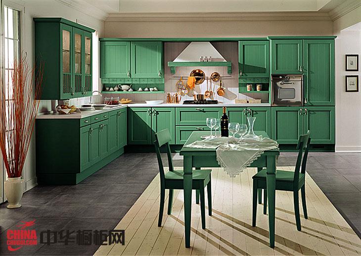 欧式田园风格实木橱柜图片 深绿色厨房装修效果图欣赏:这家厨房装修选用清新的欧式田园风格,厨房半开放式的设计,深绿色烤漆实木橱柜搭配白色墙面,使厨房整洁清新。一张实木餐桌摆上红酒,好不惬意清新... -->