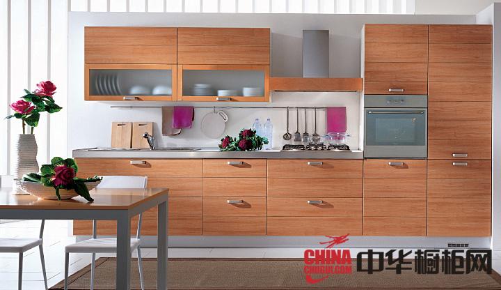 原木色整体橱柜装修效果图 打造宁静致远的厨房