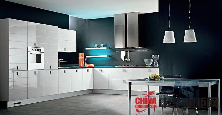 黑与白开放式厨房装修效果图 让你的厨房倍有面子