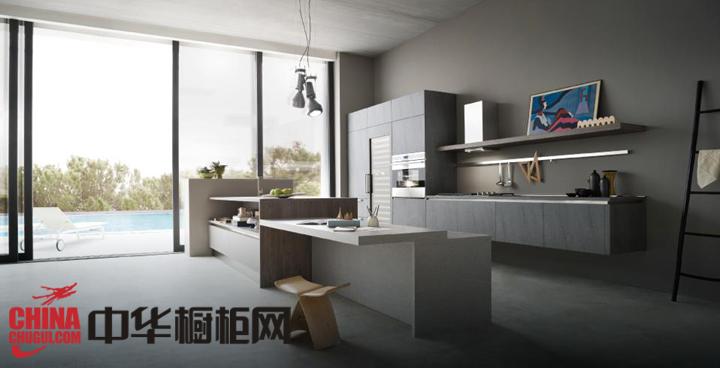 厨房橱柜面板和其它厨房家居的浅色调装饰,与白色的天花板形成协调的装扮,让大厨房看起来更有格调。中华橱柜网为您精彩呈现各式各样的橱柜效果图、整体橱柜图片、整体橱柜效果图、欧式橱柜图片、欧式橱... --> 厨房橱柜面板和其它厨房家居的浅色调装饰,与白色的天花板形成协调的装扮,让大厨房看起来更有格调。