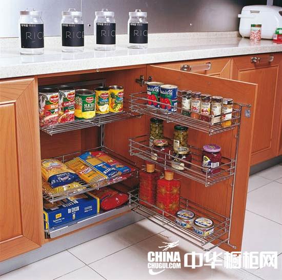 橱柜遇到转角位置,内部的空间很难再放东西,只有安装转盘或 者可伸缩