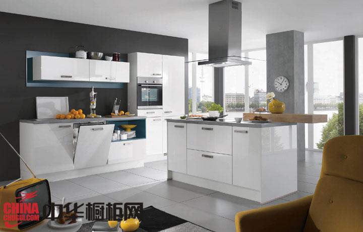北欧风格开放式厨房设计效果图:经典的白色橱柜,强大的收纳空间,各种空间的充分利用,足够经典,足够实用,足够美观。内嵌式的厨电设计,让这款橱柜好看的同时也不会占用太多的室内空间,中岛部分延伸... -->