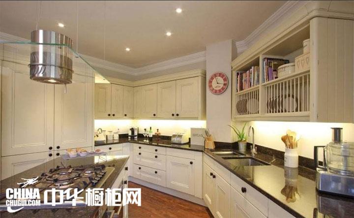 欧式风格整体橱柜图片 尽展优美厨房空间:一些小灯饰品,让吊顶看上去犹如夜晚的天空,小的灯饰闪耀的样子也非常漂亮呢,厨房吊顶简单的装修在这不规则的小厨房中也是完美的搭配,厨房中橱柜的搭配风格比... --> 欧式风格整体橱柜图片 尽展优美厨房空间:一些小灯饰品,让吊顶看上去犹如夜晚的天空,小的灯饰闪耀的样子也非常漂亮呢,厨房吊顶简单的装修在这不规则的小厨房中也是完美的搭配,厨房中橱柜的搭配风格比较欧式化,完美呈现出清新素雅的厨房空间。