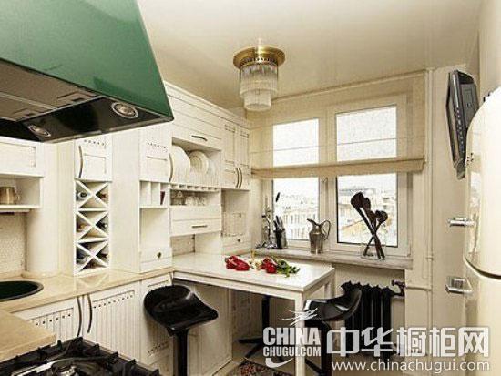 在小巧的小户型厨房空间中,设立合适的就餐角落也并非难事,正方形岛型