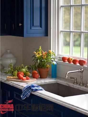 自带纹路的大理石台面花纹美丽,富有变化,搭配深蓝色橱柜十分漂亮.