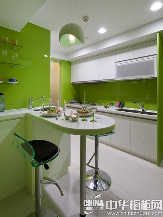 【中华橱柜网】多姿多彩的生活是大家普遍向往的,在新房装修的过程中,很少有业主能够大胆用不同的色彩将房子进行明显的分区。下面这个120平米房子的主人将想法付诸于行动,绿色的厨房,粉色的浴室,蓝色的卧室,黄色的客厅,在色彩的衬托下,每个空间都显得大不一样。  120多彩三室一厅 绿色橱柜带来不同味觉体验 小编点评:屋主希望新家可以明亮又有阳光照射,收纳空间机能齐全多,色彩缤纷亮丽。  120多彩三室一厅 绿色橱柜带来不同味觉体验 小编点评:绿白相间的橱柜设计,让厨房变得明亮活泼。让一天疲惫抛到九霄云外、五感