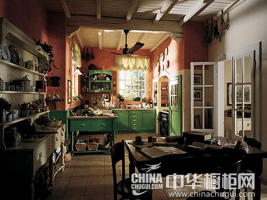 【中华橱柜网】欧式风格的橱柜设计精美,适合每个年龄阶段的消费人群,随着欧式风格橱柜产品设计及颜色的多样化,它不仅能够营造奢华大气的感觉,也能时而柔美温馨,时而清新田园。下面四款欧式风格的橱柜均具有精美的设计,一定能够丰富你的厨房生活。  四款精美的欧式橱柜 丰富你的厨房生活 岛台的厨房设计在欧式厨房中也是较为常见的设计手法,增加烹饪生活的乐趣,也丰富了厨房生活。