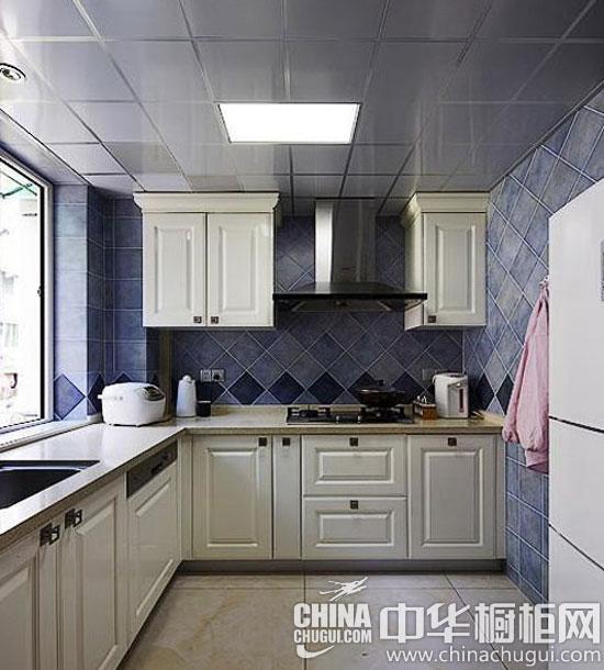 宽敞的厨房空间内白色欧式橱柜连成一排,白色木条地板在阳光的照射下图片