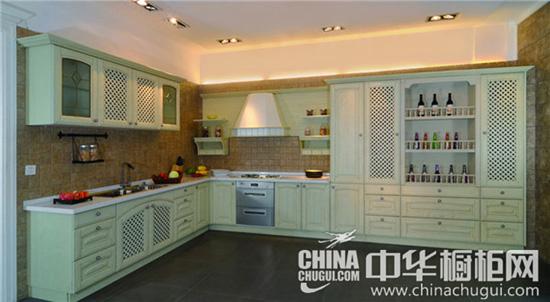 这套欧式田园风格厨房装修效果图中,采用于浅绿色的橱柜,在灯光的