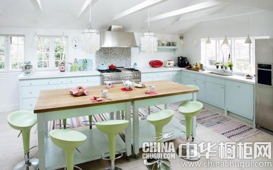 【中华橱柜网】炎热的夏季又来了,高温的炙烤让不少家庭主妇对厨房敬而远之。怎样为厨房增加一些凉爽的因素呢?选择一款浅蓝色的整体橱柜就是一个不错的选择。  热浪来袭 浅蓝色橱柜助你清凉一夏 这间大厨房来自瑞典。浅蓝色的橱柜门板设计,宽大空间,简约的岛台吧台设计,区域的合理划分,天花板的天窗设计,共同成就了这间厨房的完美。  热浪来袭 浅蓝色橱柜助你清凉一夏 浅蓝色橱柜门板,小拉手很可爱。水池设计在窗边,可借用天然照明,更有小吊灯的关照。  热浪来袭 浅蓝色橱柜助你清凉一夏 厨房的区域划分很合理。色彩搭配整体清
