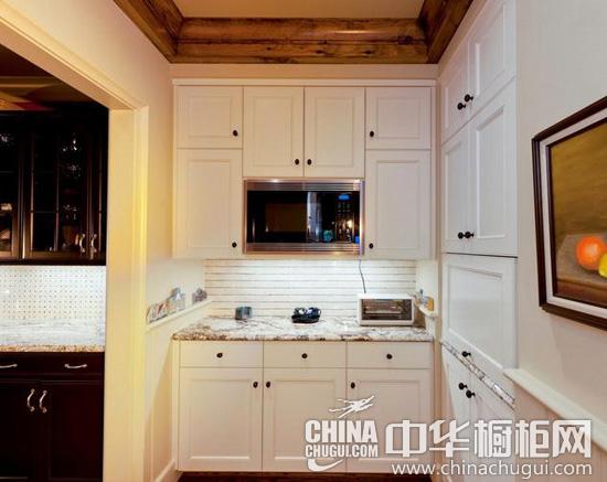厨房采用简欧风格, 搭配木质横梁和装饰,清新中透露着自然美感,大型岛