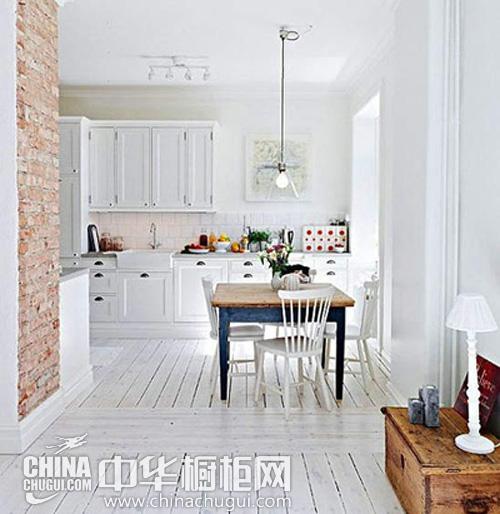 现代中式风格的阁楼厨房装修效果图,不锈钢的厨房橱柜搭配上深灰色的
