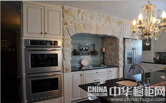 美式怀旧风格的厨房,原木色调的地板和岛台,一目了然的格局,仿石头的