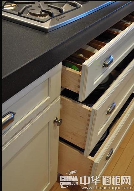 厨房的燃气灶下面的橱柜,拉门四周也做了精美的花纹处理.