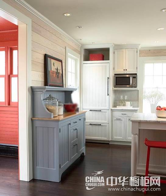 【中华橱柜网】不同的色彩搭配能为厨房带来不同的视觉效果,今天小编为大家带来的这款橱柜采用红色、白色及少量的蓝色搭配而成,将热情和沉稳两种颜色相互融合,带来怡人舒爽的感受。  红白相配的色彩橱柜 热情和沉稳并存 小编点评:暗色的木质地板,乳白色的整体橱柜,大红色的座椅,你能找到你要的热情冷静和沉稳。  红白相配的色彩橱柜 热情和沉稳并存 小编点评:整体橱柜在收纳方面也毫不逊色,橱柜的餐具被合理的格档分理的井井有条,电器,书籍,调味品,碗碟,都能在橱柜里找到安身之处。  红白相配的色彩橱柜 热情和沉稳并存 小