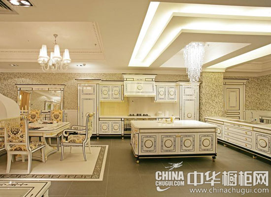 而欧式风格的桌椅与壁橱的设计,直线和大面相互混搭.