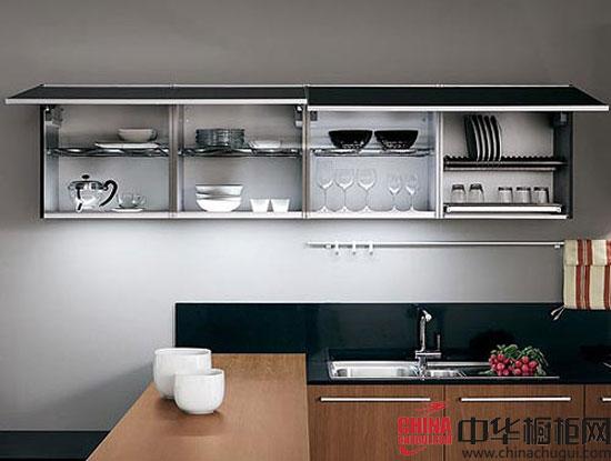 【中华橱柜网】如何判定一套好的橱柜?产品外观、人性化设计、产品材质、产品环保型、产品时尚度,这些都是不可缺少的考量标准。下面这个采用黑色烤漆和实木贴面搭配而成为橱柜时尚大气,细节处经得起细究。以下9个细节,将带你见证完美的橱柜范例。  黑色烤漆+实木贴面 橱柜范例九大细节解读 整体设计:对于眼前这款开放式整体厨房而言,橱柜黑色烤漆和实木贴面的门板已经让时尚大气的感觉彰显无遗,由吧台作为烹饪区和休闲区的过渡,形成现代厨房将娱乐生活一体化的全新概念。