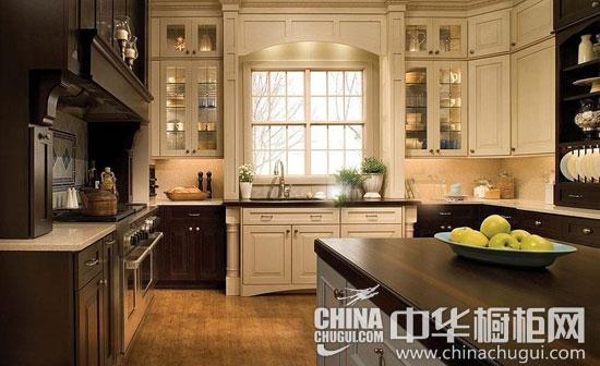 【厨房装修效果图 鉴赏一】 橱柜由白色和棕色搭配而成,欧式新古典