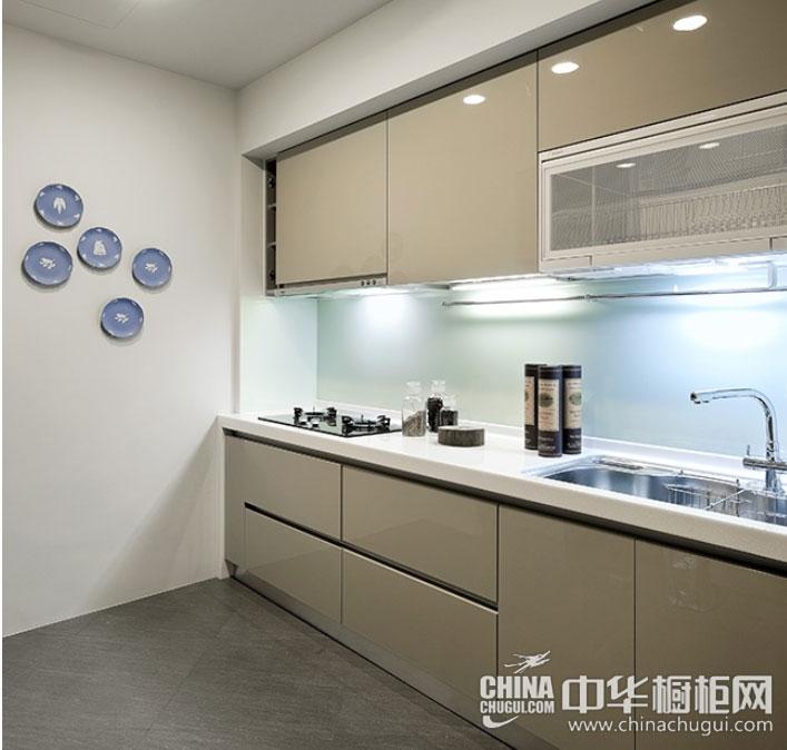 一字型整体橱柜的简约设计很受现代年轻人的追捧,,也是小户型厨房装修