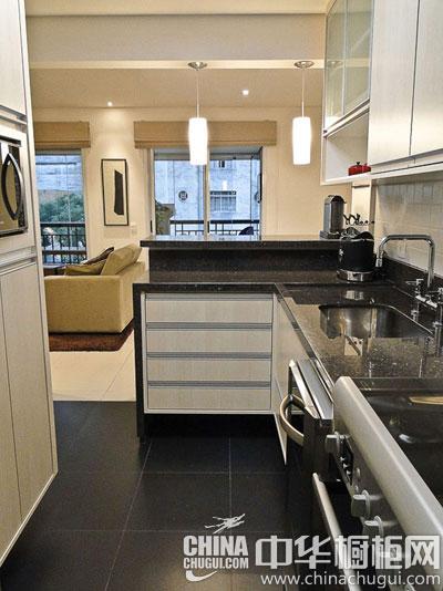 厨房装修案例四:黑白色搭配的橱柜洁净干练,大面积的橱柜岛台同时
