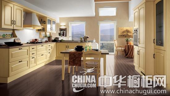 设计点评:传统的欧式设计,胡桃木门板整体橱柜,格子门,木手柄,玻璃
