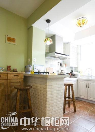 小户型厨房的吧台橱柜设计 用餐时多了一份生活的情趣