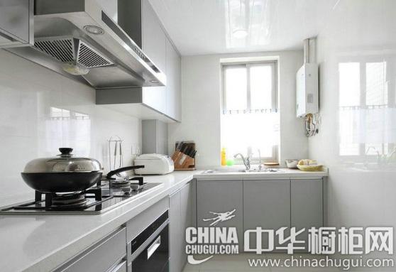 银灰色的橱柜门板,搭配白色的台面,简单中流露出优雅恬静气息,让人