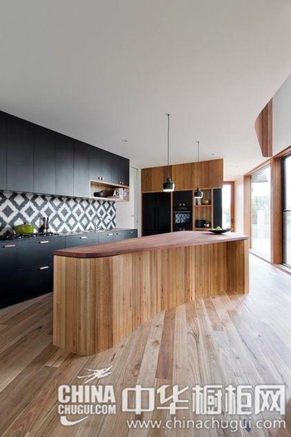 木色黑色作为主体色彩 厨房装修效果图