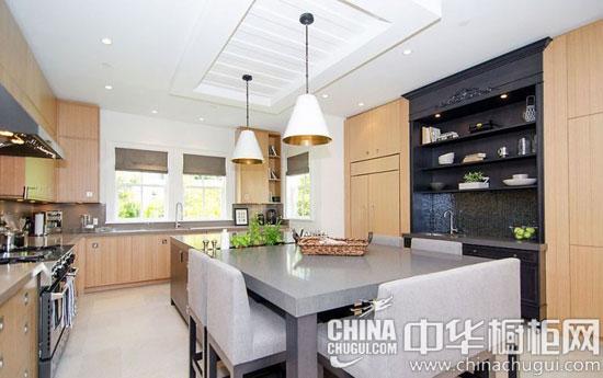 【中华橱柜网】这是一栋还原生活本真的洋房设计,室内选择原木色、白色等清爽干净的颜色,带来清新舒适的效果。大面积的厨房装修中,原木色的整体橱柜定制出自然风尚,岛台连接灰色的餐桌,让厨房多了一份时尚的稳重感。  原木色客厅装修效果图 【客厅】:客厅良好的采光首先便赋予人干净通透的印象,打造出自然的感觉。浅灰色格纹的布艺沙发,既低调又不乏个性,是设计师匠心的体现。再来几个抱枕,两三本散落的书籍,便有浓浓的生活气息了。  原木色厨房装修效果图 【厨房】:厨房宽敞的空间给了设计师发挥的余地,除了让各种厨具可以摆放得